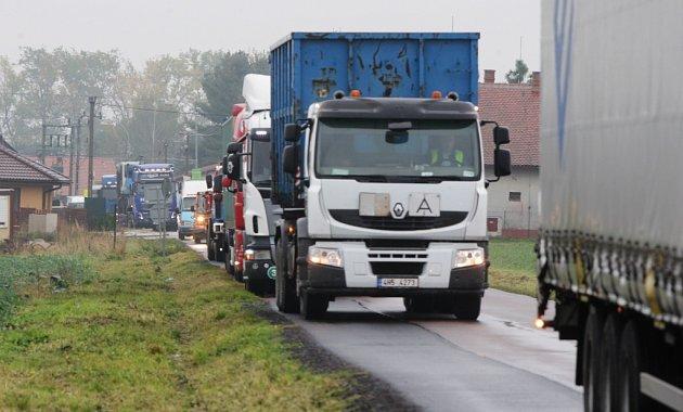 NÁKLADNÍ doprava potrápí Býšť i Rovně.
