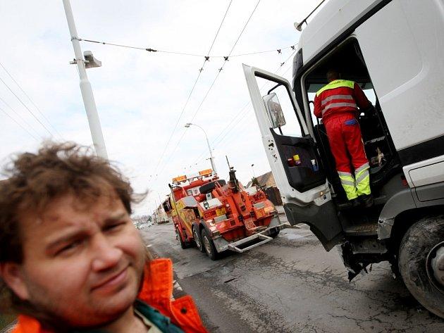 Lázně Bohdaneč. Jako zázrakem bez zranění vyvázl řidič, který nejspíš usnul za volantem a vjel pod tento kamion