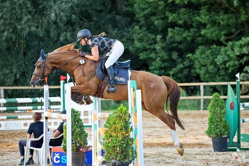 Koně jsou velká součást jejího života.