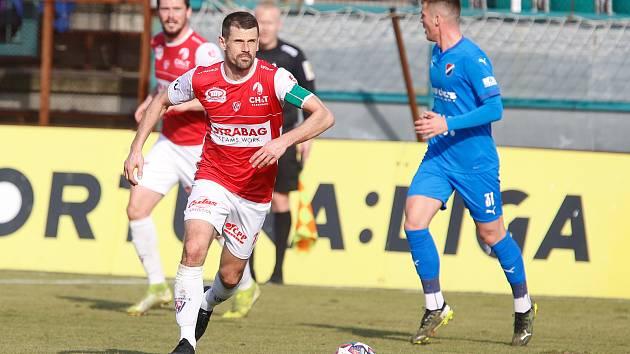 Pardubický fotbalista Jan Jeřábek v utkání FK Pardubice - FC Baník Ostrava.