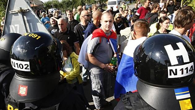 Politický mítink ve Starých Ždánicích se zvrtnul v pochod obcí. Cílem byla zdejší problémová ubytovna, i když řada demonstrantů tvrdila, že jdou jen tak na procházku nebo na kafe.