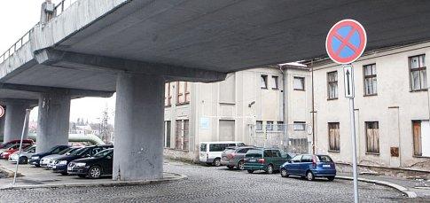 ZÁKAZ ZASTAVENÍ teď u zdí bývalé továrny doplňuje i riziko padající omítky. A ani dvě značky některých řidičům k pochopení nestačí a ti klidně parkují i před vraty.