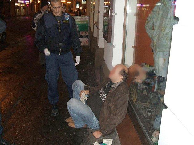 Zraněným mužem na třídě Míru se zabývá i policie.