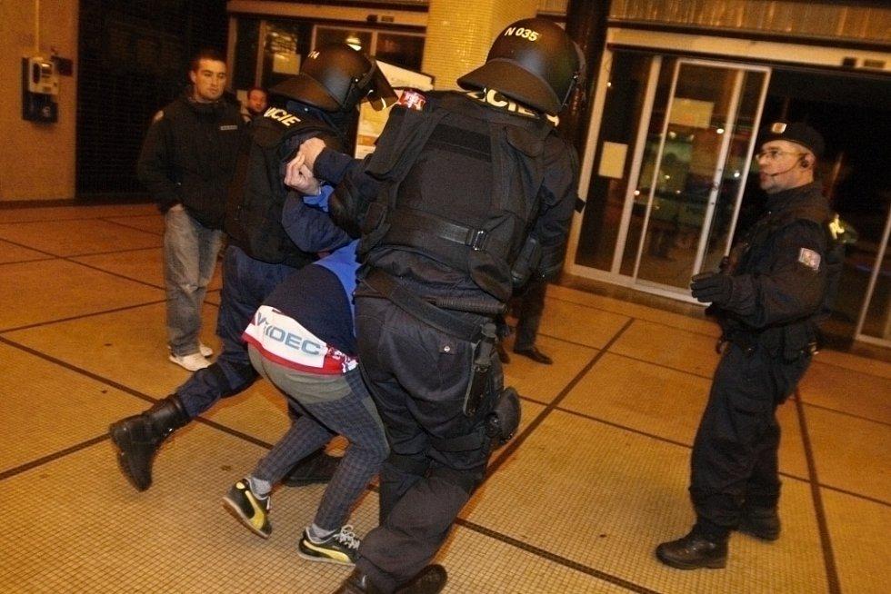 Policisté v souvislosti s derby zadrželi celkem pět osob, ve všech případech kvůli přestupkům.