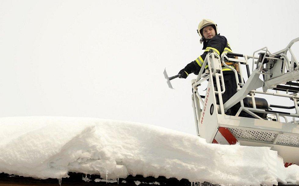 Hasiči v Pardubicích už začali shazovat nebezpečné sněhové převisy ze střech.
