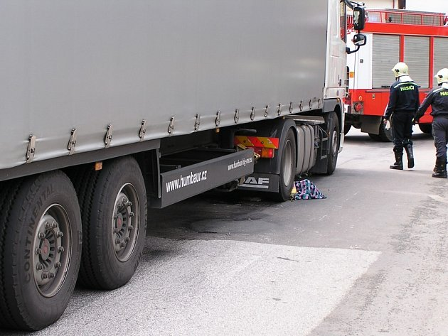 Kamion v Holicích srazil na přechodu starší ženu. Ta svým zraněním na místě podlehla