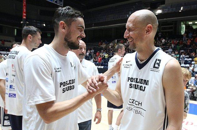 Poslední souboj basketbalových legend Jiřího Welsche a Luboše Bartoně vpardudubické ČSOB pojišťovna ARENĚ.