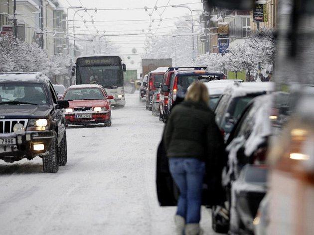 Sníh přináší komplikace v dopravě. Místy se tvoří kolony.