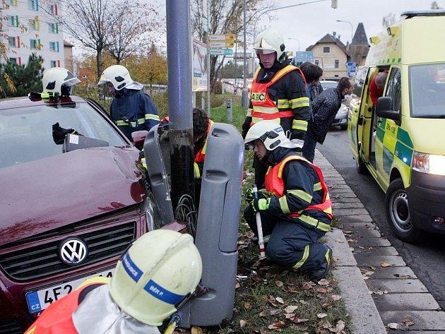 Zásah záchranářů nebyl bez rizika. Opilá řidička krom toho, že nadýchala 2,55 promile, rozbila i sloup veřejného osvětlení a mohlo hrozit i zasažení elektrickým proudem..