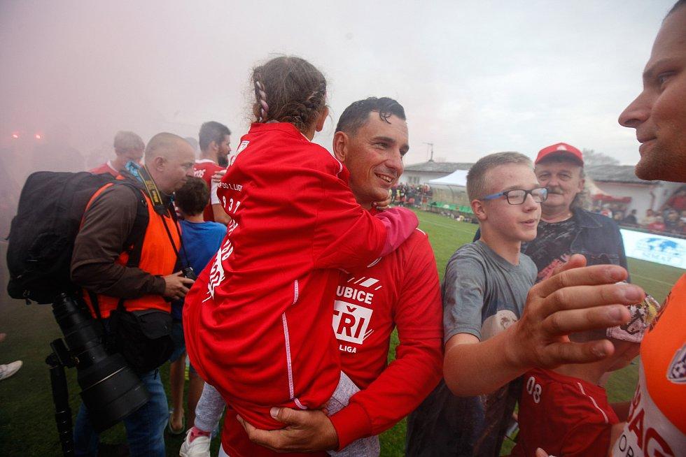 Pavel Černý s dcerkou při oslavách postupu do první ligy