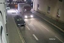 Policie pátrá po řidiči tohoto vozidla. Jde o Iveco Eurocargo červené barvy s plachtou. Na dveřích jeho kabiny je umístěno pravděpodobně bílé logo společnosti.