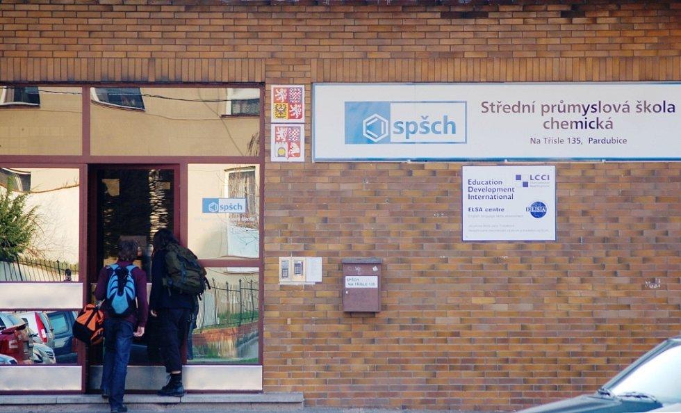 Střední průmyslová škola chemická ve středu vyvěsila černou vlajku a zrušila výuku nematuritních ročníků