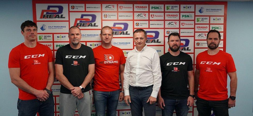 Realizační tým a vedení HC Dynamo Pardubice (zleva): Petr Sýkora, Richard Král, Dušan Salfický, Petr Dědek, David Havíř a Tomáš Rolinek.