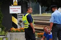 Na přecházení kolejí upozorňuje cedule na nástupišti