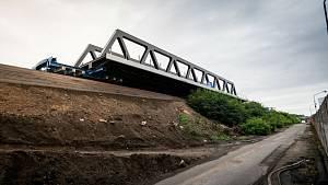 Nový železniční most putoval z letiště po kolejích