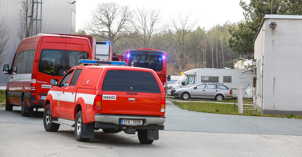Kolona hasičských aut se zdravotnickým materiálem míří do centrálního skladu v Opočínku u Pardubic.