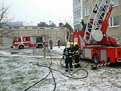 U požáru bytu v sedmém patře zasahovali hasiči v Pardubicích na sídlišti Cihelna.
