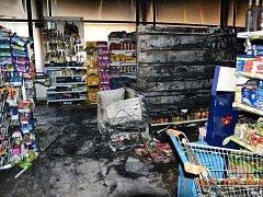 Požárem zničená prodejna v Sezemicích