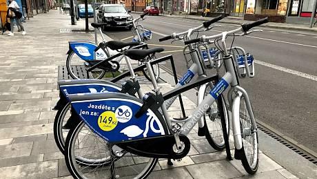 V ulicích Pardubic opět jezdí sdílená kola.