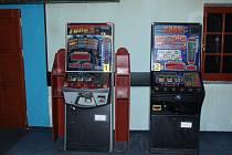 Zabavené výherní automaty už stojí ve skladu celní správy.