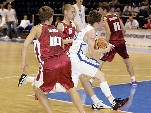 Čeští basketbalisté do 16 let potvrdili roli favorita a ve čtvrtfinále mistrovství Evropy porazili Lotyšsko 68:66.