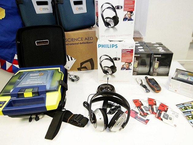 Policisté dostali defibrilátory, GPS moduly, navigaci a sluchátka