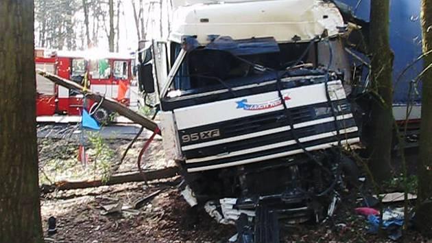 Kamion vyjel ze silnice a zastavil až v lese