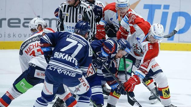 Hokejové utkání Tipsport extraligy v ledním hokeji mezi HC Dynamo Pardubice (v bíločerveném) a  HC Vítkovice Ridera  (v modrém) v pardudubické enterie areně.