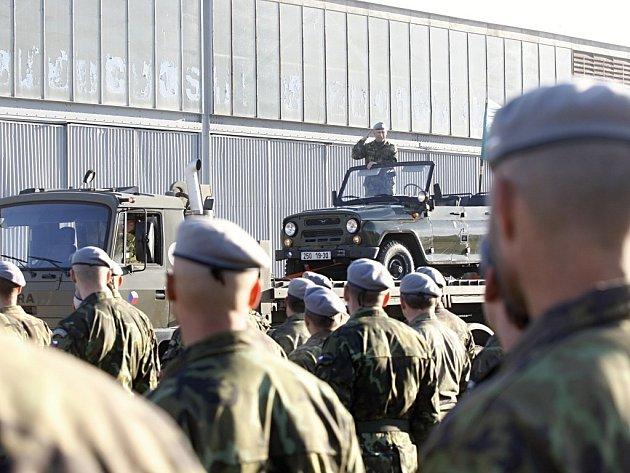 Velitel 14. logistické brigády Josef Burkoň se rozloučil s velením jednotce a nastoupil do zálohy. Jeho vojáci jej vyprovodili stylově.