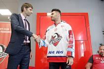 Obránce Jan Kolář podepsal nový kontrakt s Pardubicemi (vlevo generální ředitel Martin Sýkora).