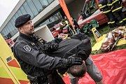 Dekontaminací musí projít i zasahující policisté a postřelený komplic atentátníka.