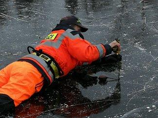 Dobrovolní hasiči ověřovali sílu ledu na Matičním jezeře, kde už bruslí první nedočkavci. Aktuální hodnoty 27. 2. 2018 jsou 4 až 8 centimetrů. Bezpečná norma je ale až 12 centimetrů ledu.