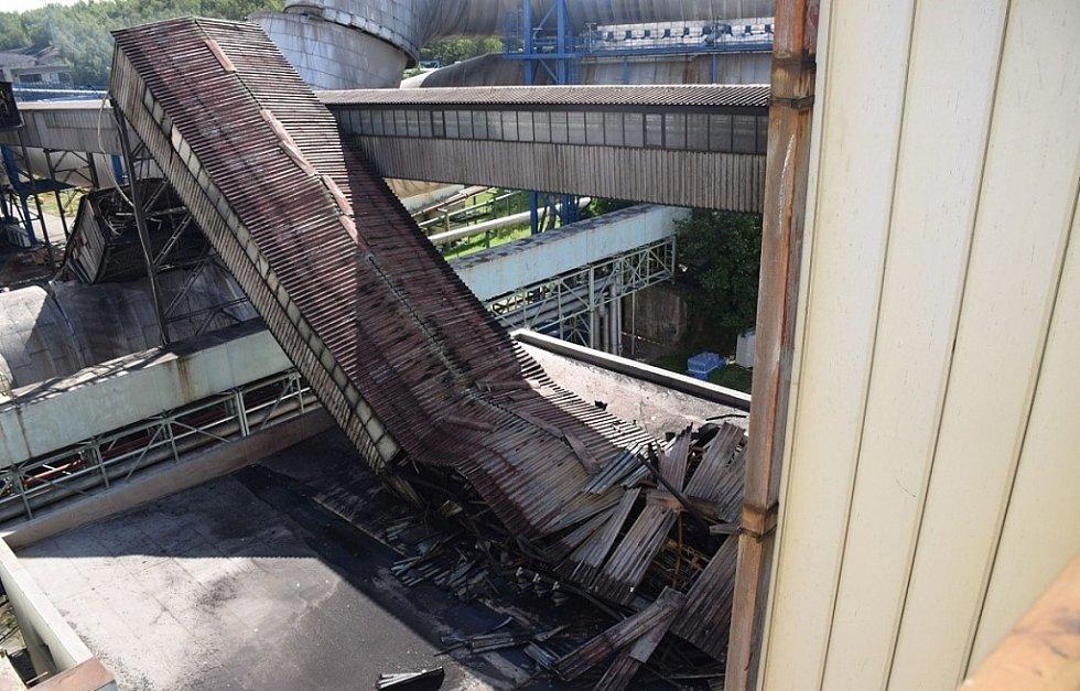SRPEN. V Elektrárně Chvaletice došlo na konci srpna k rozsáhlému požáru, který na dva měsíce odstavil bloky 1 a 2. Oheň zcela zničil prostor dopravy uhlí do elektrárny. Škoda byla odhadována na 50 milionů korun.