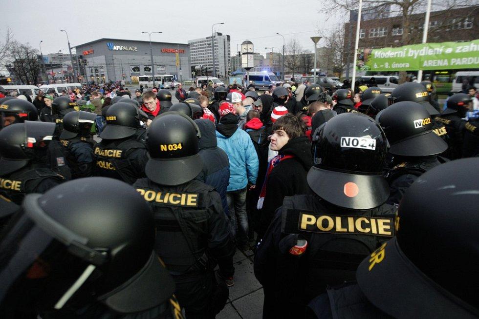 Policie vzápětí celou skupinu milovníků ohně vylustrovala. Třináct osob se bude zpovídat z přestupku.