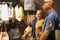 Pachatelku krádeže čekala cesta do kabinek. Kradené kalhoty z předchozího dne měla totiž na sobě.