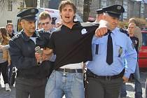 Politický aktivista Miloš Cach byl policií zadržen několikrát. Naposled za popsání chodníků v Pardubicích politickými hesly.