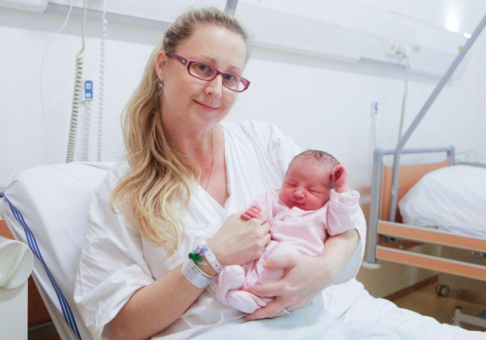 MALVÍNA MALÁ se narodila 5. prosince v 16 hodin a 15 minut. Měřila 48 centimetrů a vážila 3290 gramů. Maminku Hanu podpořil u porodu tatínek Josef. Doma v Němčicích na nového sourozence čeká devítiletá Nela.