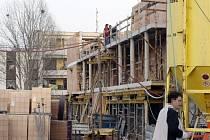 Na staveništi bytového komplexu Nová Trnová v Pardubicích zemřel po pádu dělník, další je těžce zraněn.