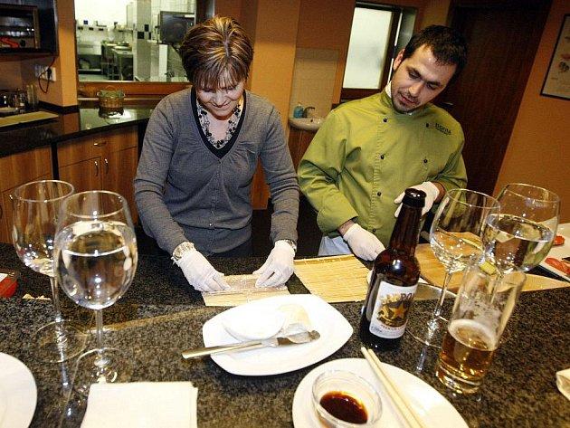 V pardubickém restaurantu Bonté si účastníci projektu Vaříme s Deníkem zkusili přípravu tradičnínjaponské speciality- sushi,  kterou následně i ochutnávali.