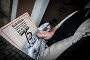 Žáci 9. tříd základních škol z Pardubic si dobově připomněli 75 let od vyvraždění osady Ležáky na pardubickém Zámečku. Na cestu k bývalému popravišti je vyprovodili členové klubů vojenské historie.