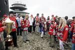 Pardubičtí hokejoví fans nesli na Sněžku mistrovský pohár