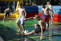 Na hrázi v Mělicích se v sobotu konal turnaj ve vodním fotbalu