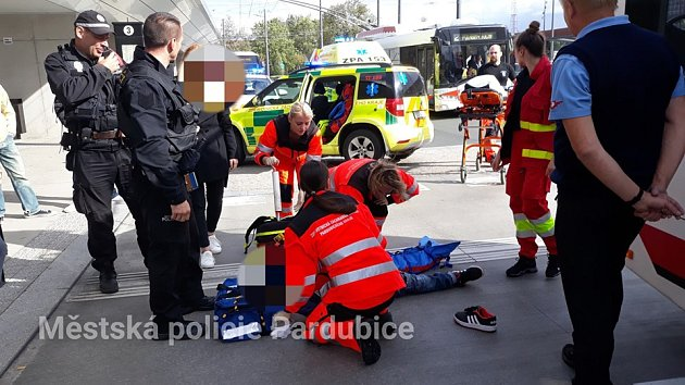 Dvanáctiletého chlapce srazil unádraží vPardubicích trolejbus