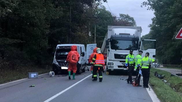 Z nabouraného kamionu unikaly nebezpečné látky.