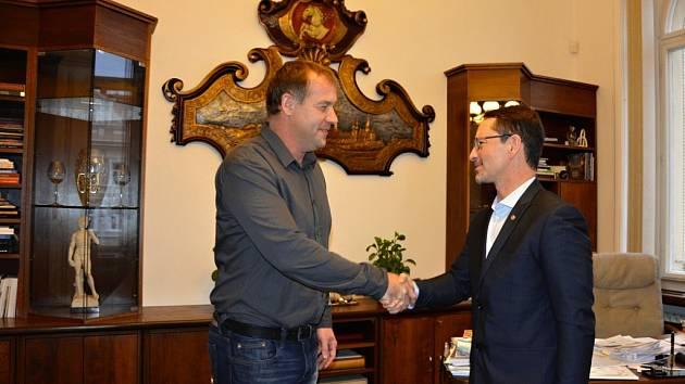 Jakub Jiřík (vlevo) přijímá poděkování od pardubického primátora Martina Charváta.