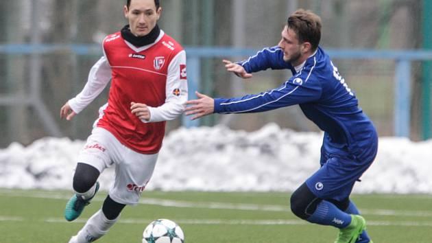 Pardubický obránce Martin Šejvl v červeném dresu FK Pardubice.