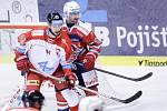 Hokejové utkání Tipsport extraligy v ledním hokeji mezi HC Dynamo Pardubice (červenobílém) a HC Olomouc (v bíločerveném) v pardudubické Tipsport areně.