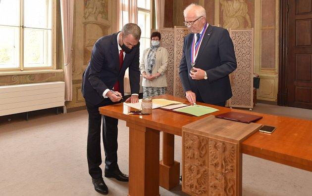 """JE NÁŠ… Izraelský nápadník Ronen """"Neno"""" Ginzburg právě zpečetil svým podpisem manželství sČeskou republikou."""