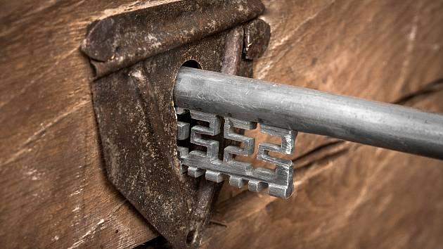 Dutý klíč se zářezy, vyrobený restaurátorem Michalem Vojtěchovským.