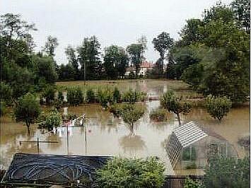 V Dřenicích lidé stále odklízejí škody po povodních.